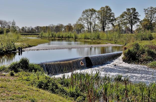 Landschaftsaufnahme eines kleinen ländlichen wasserfalls am frühlingstag Kostenlose Fotos