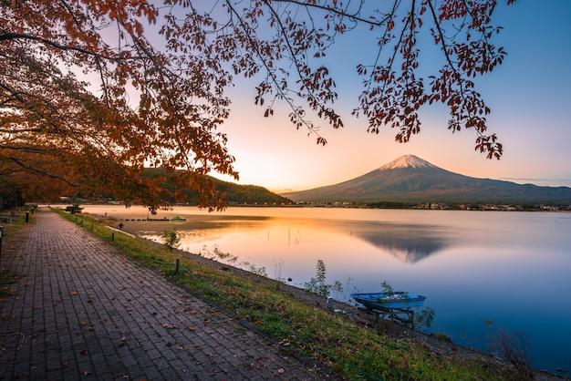 Landschaftsbild des berges. fuji über see kawaguchiko bei sonnenaufgang in fujikawaguchiko, japan. Premium Fotos