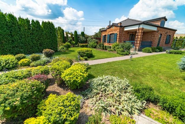Landschaftsdesign. schöne ansicht des landschaftlich gestalteten gartens im hinterhof. Premium Fotos
