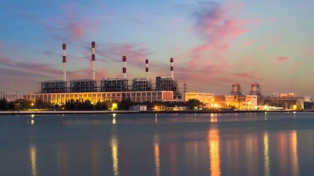Landschaftskessel im stromkraftwerk nachts. stromkraftwerk. Premium Fotos
