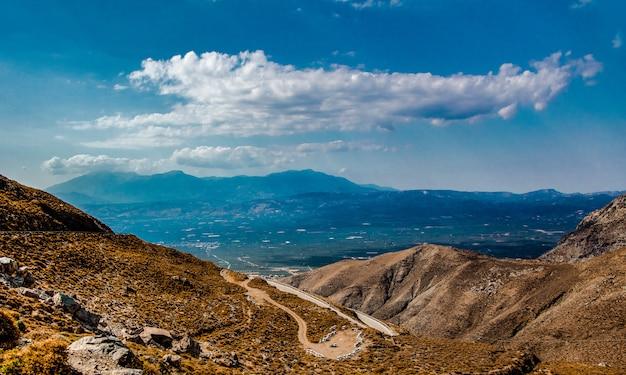 Landschaftsstraße in den bergen von iraklio Premium Fotos