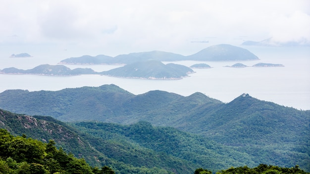 Landschaftsvogelperspektivenberg und das meer in hong- kongporzellan Premium Fotos