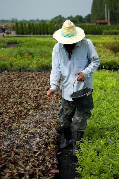 Landwirt mit dünger Premium Fotos