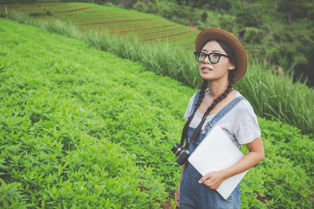 Landwirtschaftliche frau, die die anlage mit zuchttabletten inspiziert - ein modernes konzept Kostenlose Fotos