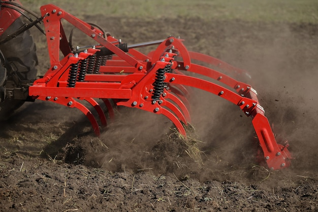 Landwirtschaftliche pflugnahaufnahme aus den grund, landwirtschaftliche maschinerie. Premium Fotos