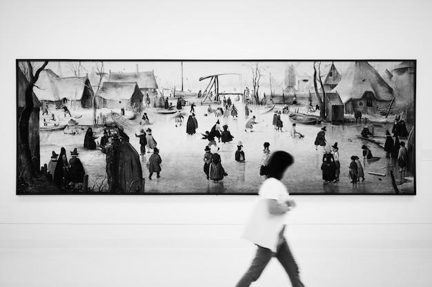 Lange schmale malerei in einer kunstausstellung Kostenlose Fotos