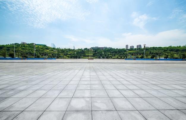Langer leerer fußweg im modernen stadtplatz mit skyline Kostenlose Fotos