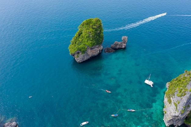 Langer schwanz und schnellboot gechartert für das schnorcheln in phi-phi-insel in der touristischen hochsaison der phi-phi-insel-krabi-provinz thailand Premium Fotos