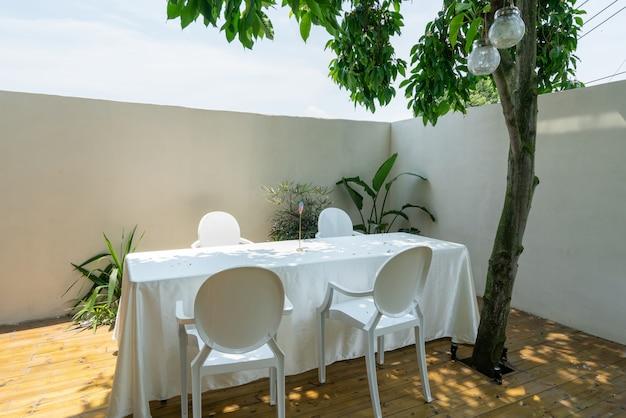 Langer tisch und stuhl im villa garden restaurant Premium Fotos