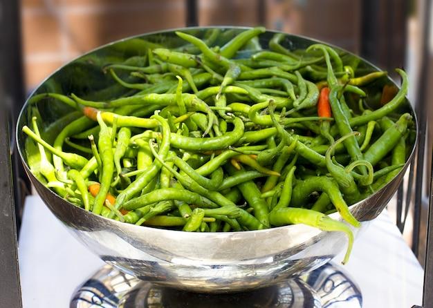 Langer würziger grüner paprika in einer silbernen schüssel Premium Fotos