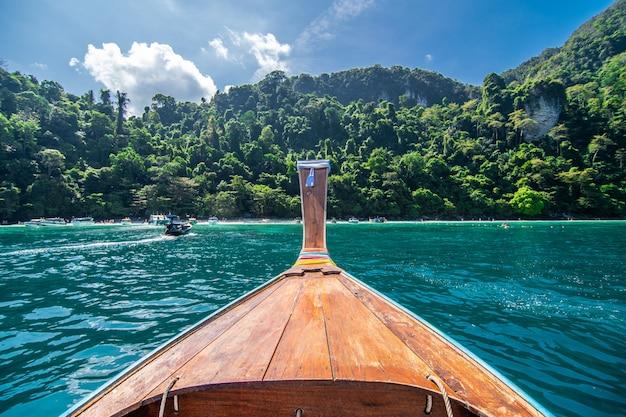 Langes boot und blaues wasser an der maya-bucht in phi phi island, krabi thailand. Kostenlose Fotos
