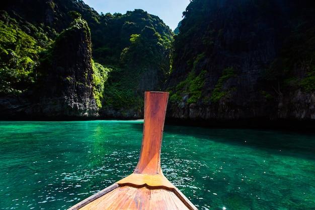 Langes boot und blaues wasser bei maya bellen in phi phi island, krabi thailand. Premium Fotos