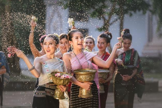 Laos-mädchen, die wasser während festival songkran-festivals spritzen Premium Fotos