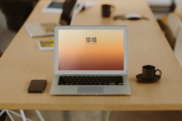 Laptop auf einem hölzernen bürotisch Kostenlose Fotos