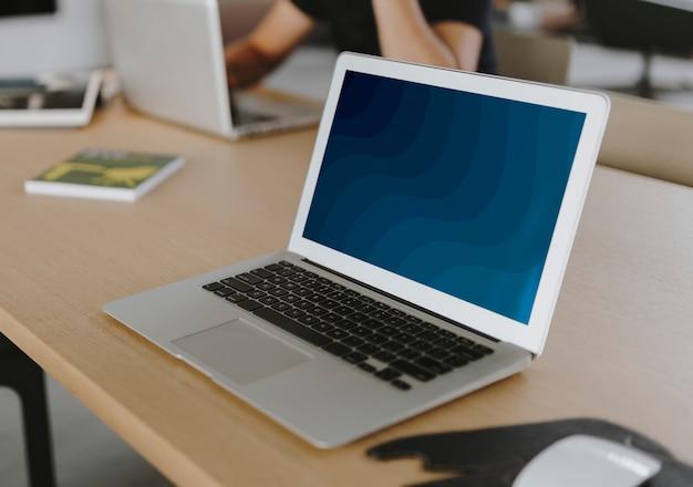 Laptop auf einem holztisch Kostenlose Fotos