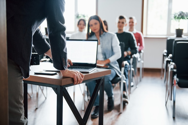 Laptop benutzen. gruppe von personen an der geschäftskonferenz im modernen klassenzimmer tagsüber Kostenlose Fotos