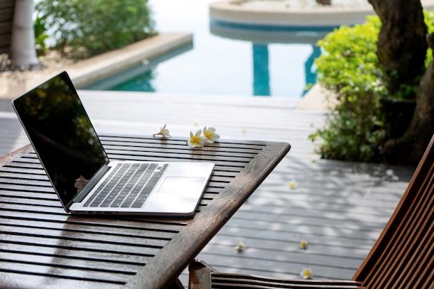 Laptop-computer auf der hölzernen tabelle Premium Fotos