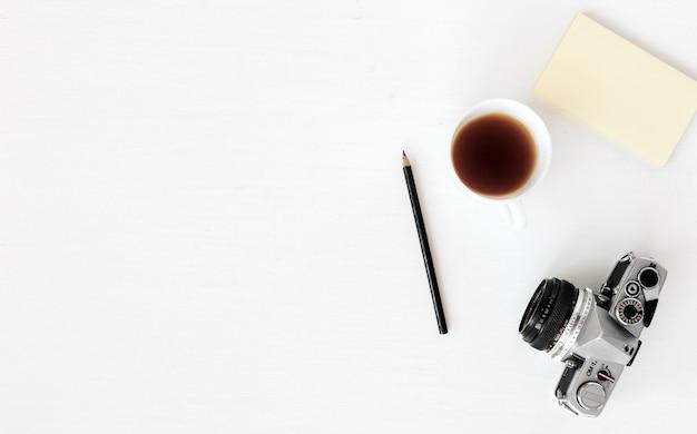 Laptop, computer, kamera, flat-komposition, zeitschriften, social media und künstler. draufsicht Premium Fotos