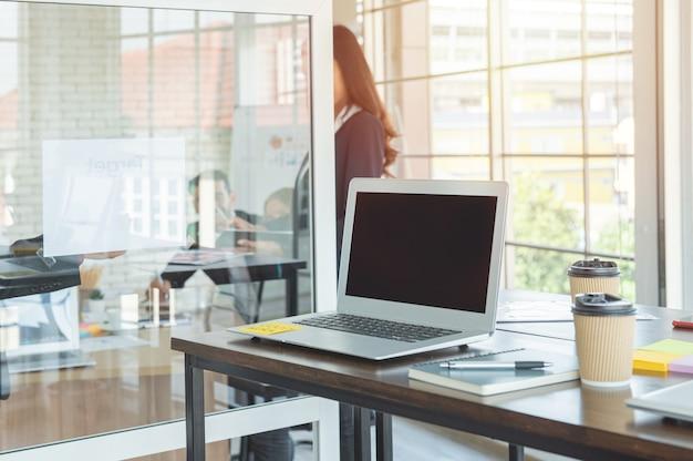 Laptop-computer mit geöffnetem deckel auf tisch im besprechungsraum des büroarbeitsbereichs. Premium Fotos