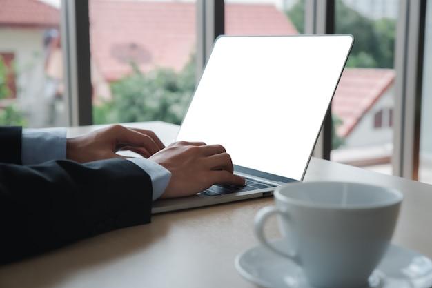 Laptop-computer mit leerem bildschirm Premium Fotos