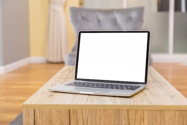 Laptop, der leeren bildschirm auf vorderansicht der arbeitstabelle im haus zeigt Premium Fotos