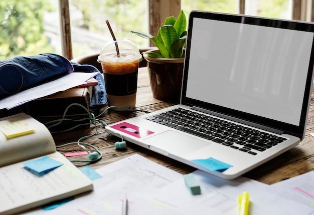 Laptop des leeren bildschirms auf einem schreibtisch Kostenlose Fotos