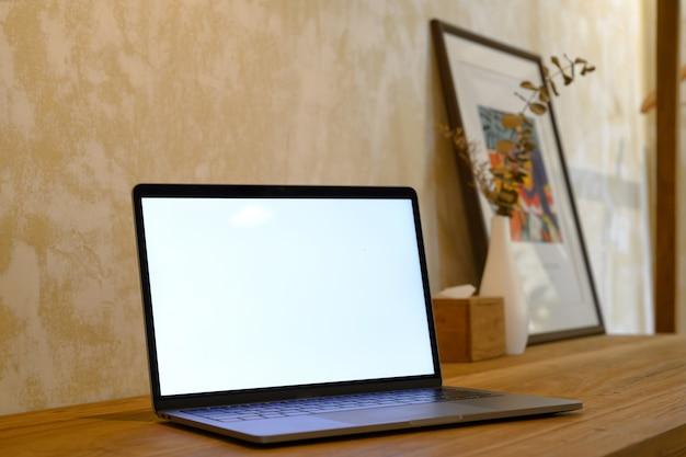 Laptop des leeren bildschirms des modells auf tabelle Premium Fotos