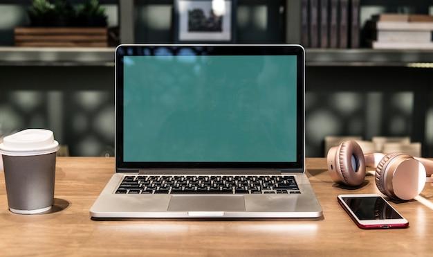 Laptop in einem coworking space Kostenlose Fotos
