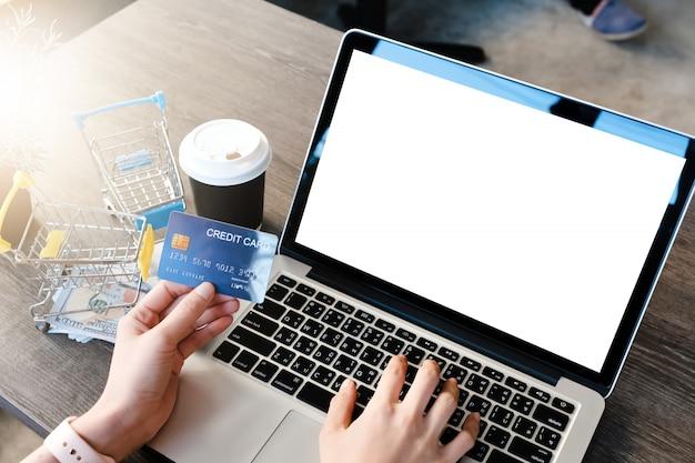 Laptop leer mit kreditkarte Premium Fotos