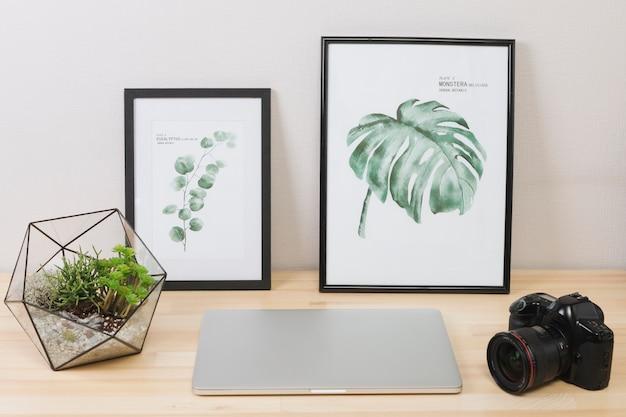 Laptop mit bildern und kamera auf dem tisch Kostenlose Fotos