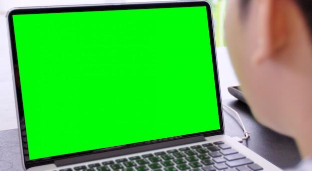 Laptop mit grünem bildschirm für wiedereinbau mit unschärfehintergrund Premium Fotos