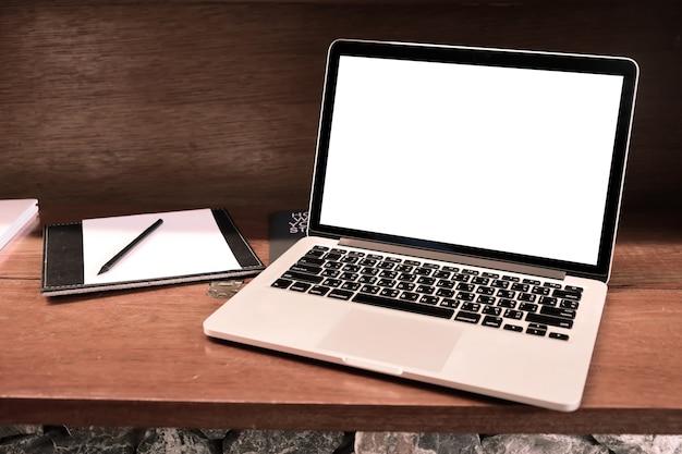 Laptop mit leeren bildschirm auf dem tisch. Premium Fotos