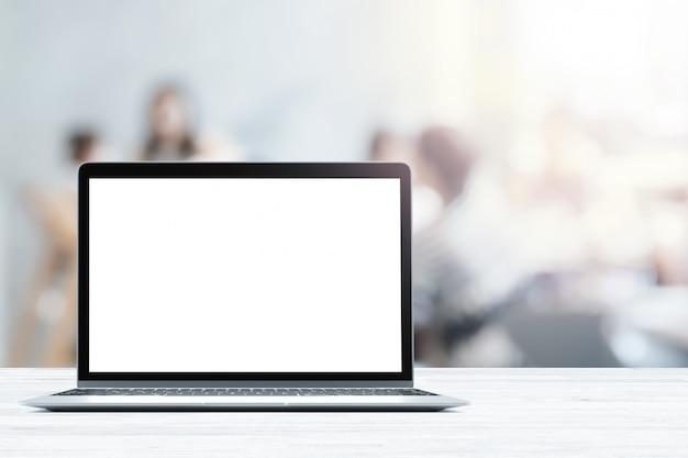 Laptop mit leeren bildschirm auf weiß holztisch in verschwommene menschen in café oder restaurant Premium Fotos