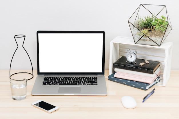 Laptop mit notizbüchern auf hellem holztisch Kostenlose Fotos