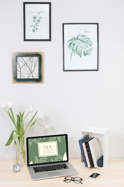 Laptop mit tulpen im vase auf tabelle Kostenlose Fotos