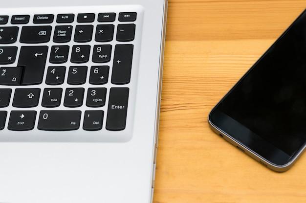 Laptop tastatur und smartphone hautnah Premium Fotos