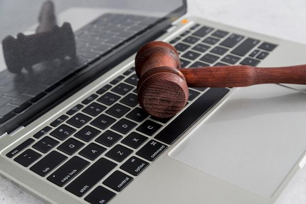 Laptop und hammer Kostenlose Fotos