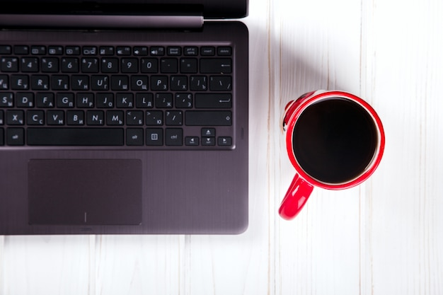 Laptop- und kaffeetasse-geschäftskonzept Premium Fotos