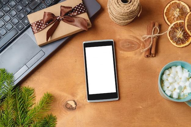 Laptop und telefon mit leerem schirm für weihnachtssaisonzusammensetzung Premium Fotos