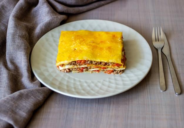 Lasagne auf einer grauen italienischen oberflächenküche Premium Fotos