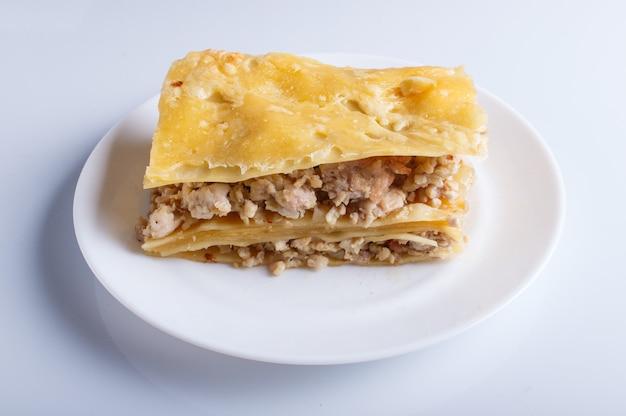 Lasagne mit dem hackfleisch und käse lokalisiert auf weißem hintergrund. Premium Fotos
