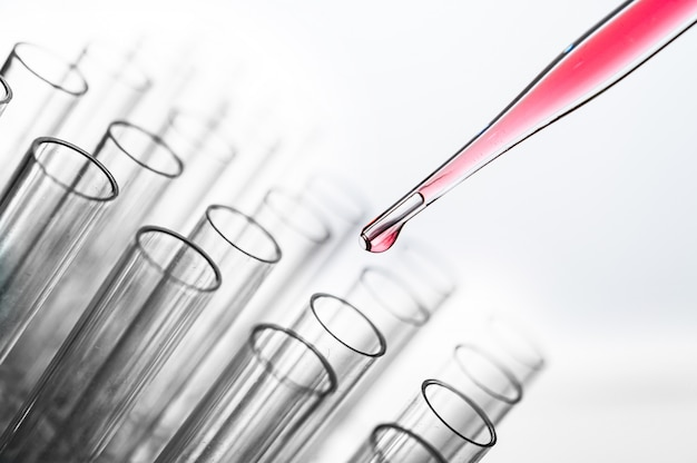 Lassen sie die rosafarbenen chemikalien in den becher fallen Kostenlose Fotos