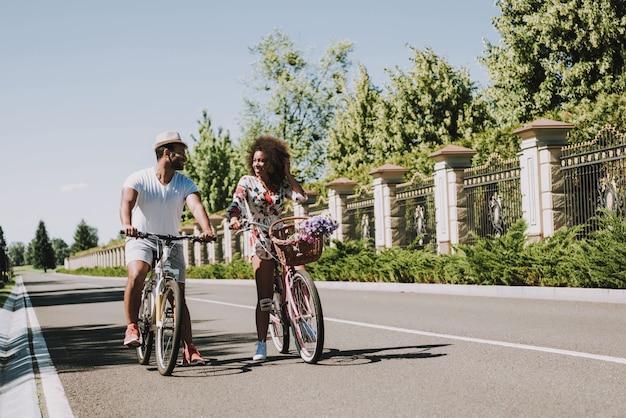 Lateinische paare auf dem radfahren in ein romantisches datum Premium Fotos