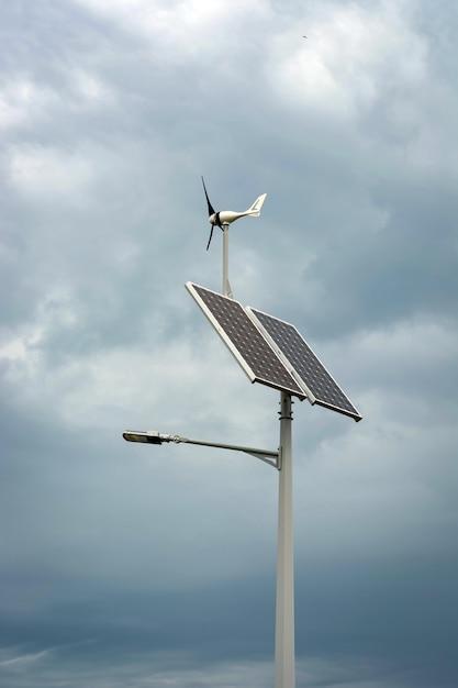 Laterne mit einer laterne und installierten sonnenkollektoren auf blauem himmel Premium Fotos