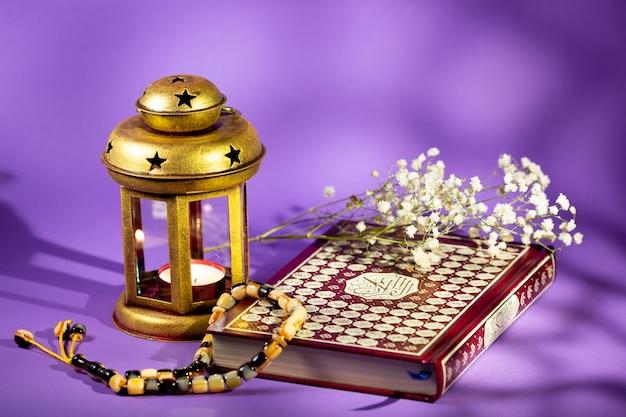 Laterne und quran mit purpurrotem hintergrund Kostenlose Fotos