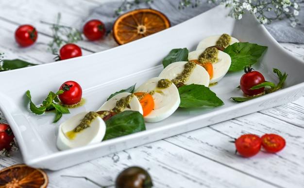 Laubsalat mit mozzarella und kirschtomaten Kostenlose Fotos