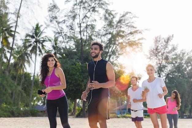 Laufende gruppe von personen, junge rüttelnde sportläufer Premium Fotos