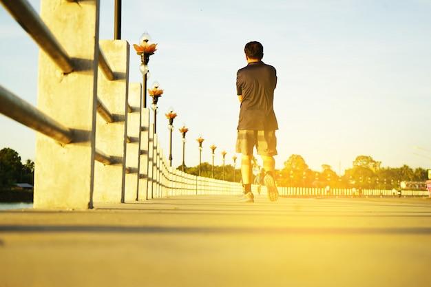 Laufender mannläufer, der für eignung und gesundheit rüttelt. Premium Fotos