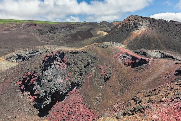 Lavafelder und bunte mineralien im vulkankrater Premium Fotos