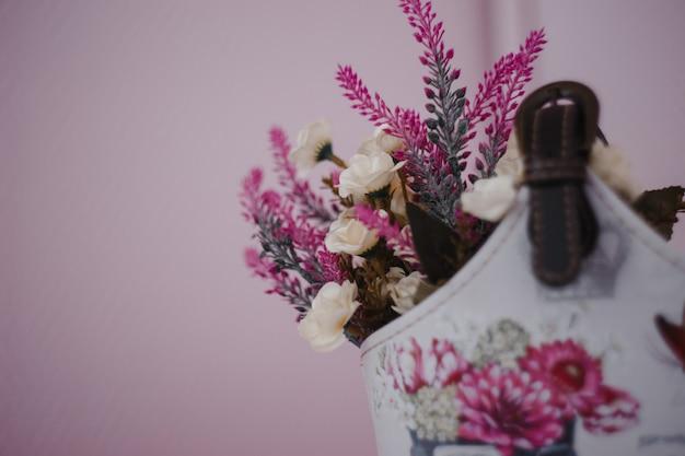 Lavendel blumen in einem hausgemachten korb auf einem rosa hintergrund, wohnkultur, Premium Fotos